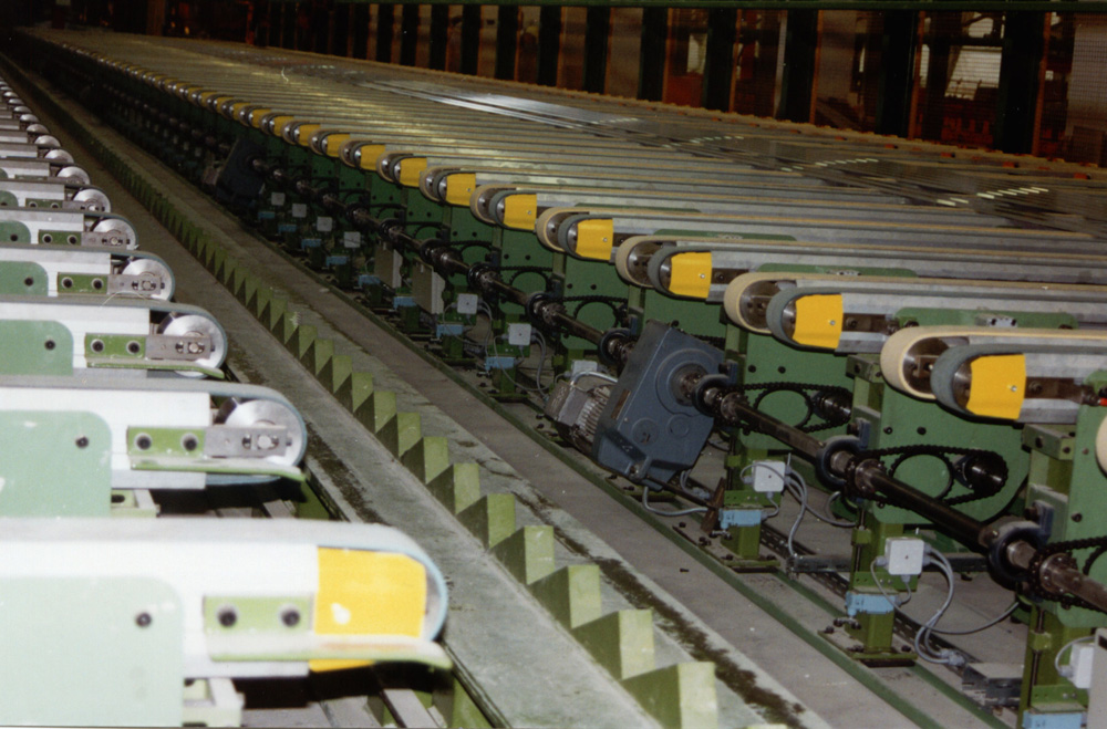 A cross belt conveyor for aluminium profiles